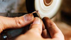 Una trabajadora de la limpieza roba un anillo de 40.000 euros y lo revende por