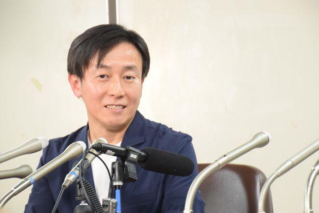判決後、記者会見する青野慶久社長