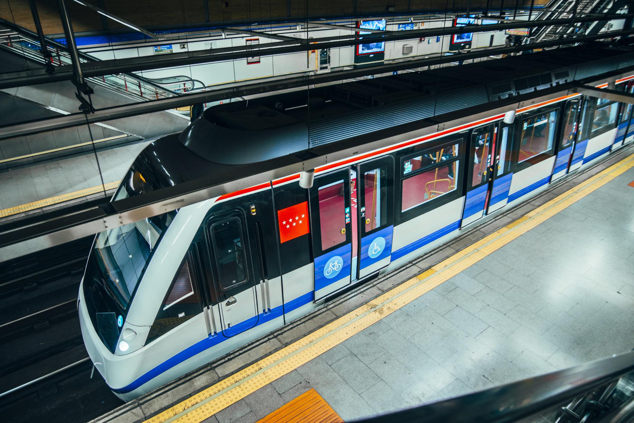 La bonita historia de una joven en el Metro de Madrid que te arrancará alguna