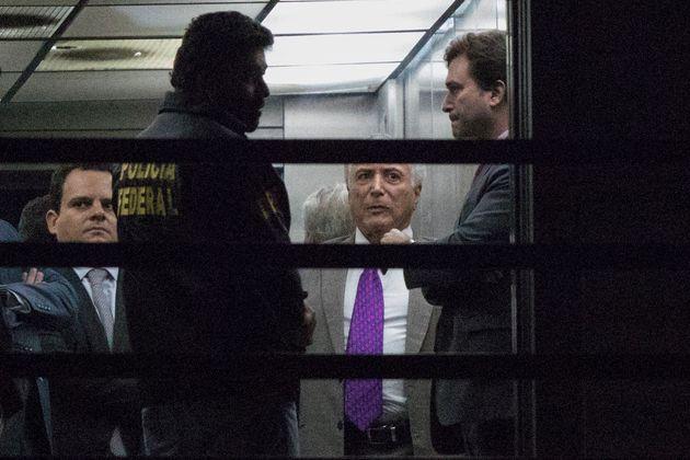 Michel Temer deixa a sede da PF nesta segunda-feira (25), onde ficou preso desde a