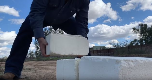 미국-멕시코 국경에 치즈로 벽을 쌓는 남자가