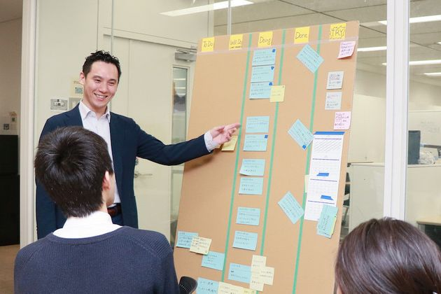 オフィスにある高さ180cmの段ボールには、ふせんに書かれたユーザーの意見が貼り出されていて、いつでも見ることができる