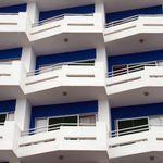Μυστήριο με πτώση γνωστού ξενοδόχου από μπαλκόνι