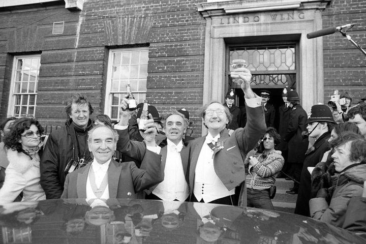 Après la naissance de Peter, le fils de la princesse Anne, trois porteurs de toasts arrivent devant la maternité de l'hôpital St Mary à Paddington.