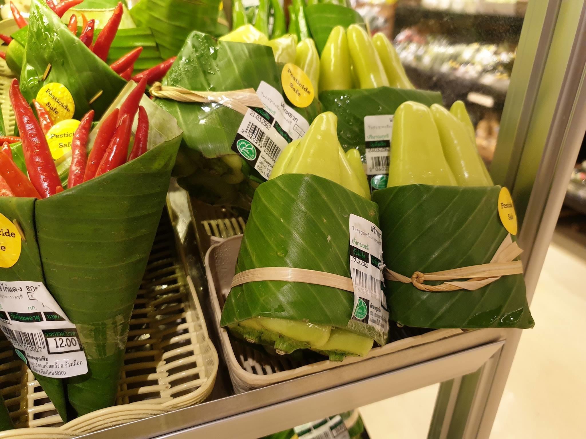 A genial ideia do supermercado que trocou embalagem plástica por folha de
