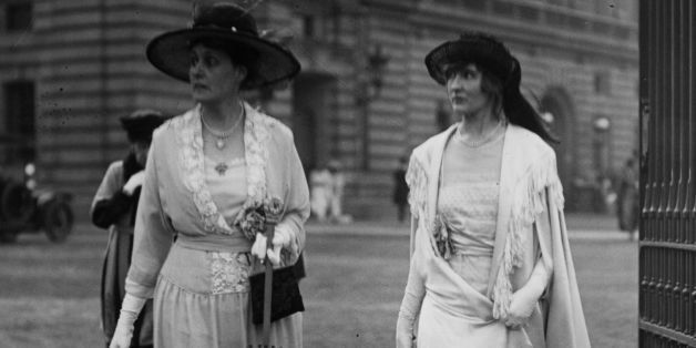 1919:  Two women arriving at Buckingham Palace for a Royal Garden Party.  (Photo by Hulton Archive/Getty Images)
