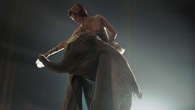 Eva Green até se esforça como a trapezistaColette, mas quem brilha mesmo é...