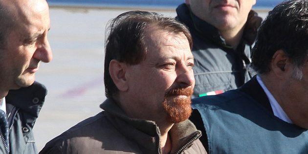 Cesare Battisti arrivant à l'aéroport de Rome escorté par la police italienne le 14 janvier
