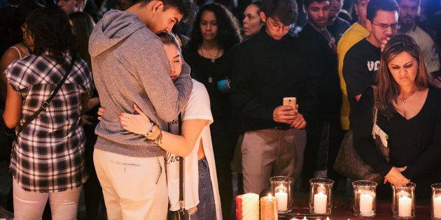 Une veillée en hommage aux victimes de la tuerie de Parkland, le 15 février