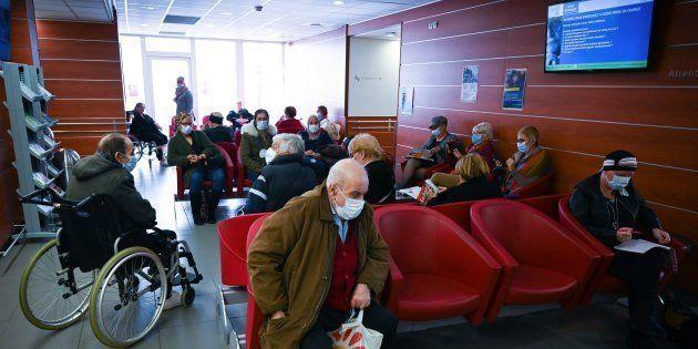 Des patients attendent pour une consultation à l'Institut Paoli-Calmettes à Marseille, le 20 mars