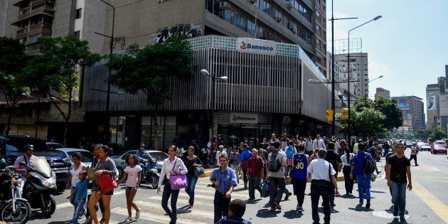 Des utilisateurs du métro de Caracas contraints de marcher pendant la nouvelle panne d'électricité au...