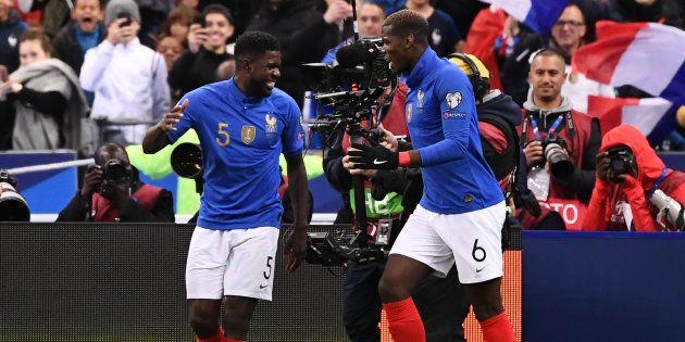 Samuel Umtiti (à gauche) fête son but contre l'Islande au Stade de France le 25 mars
