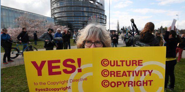Des Européens ont manifesté devant le Parlement à Strasbourg ce mardi 26 mars, en soutien à la directive...