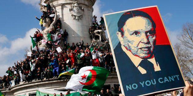 Un portrait d'Abdelaziz Bouteflika lors d'un rassemblement parisien contre un cinquième mandat et même...