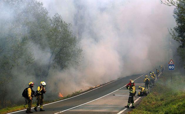 El fuego cerca el entorno de Rianxo (A Coruña) y quema 850 hectáreas de
