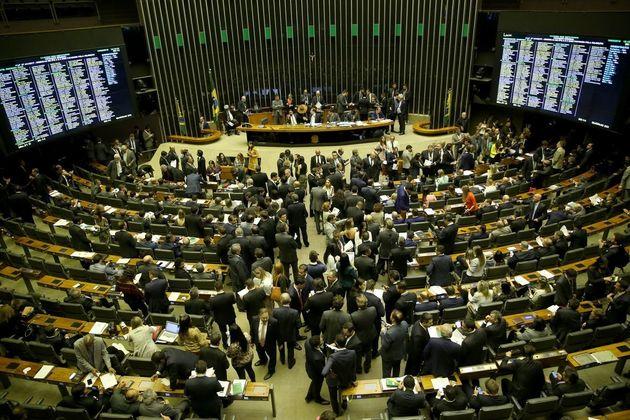 Texto aprovado por deputados na noite de terça-feira (26) reduz o poder do Executivo sobre os...