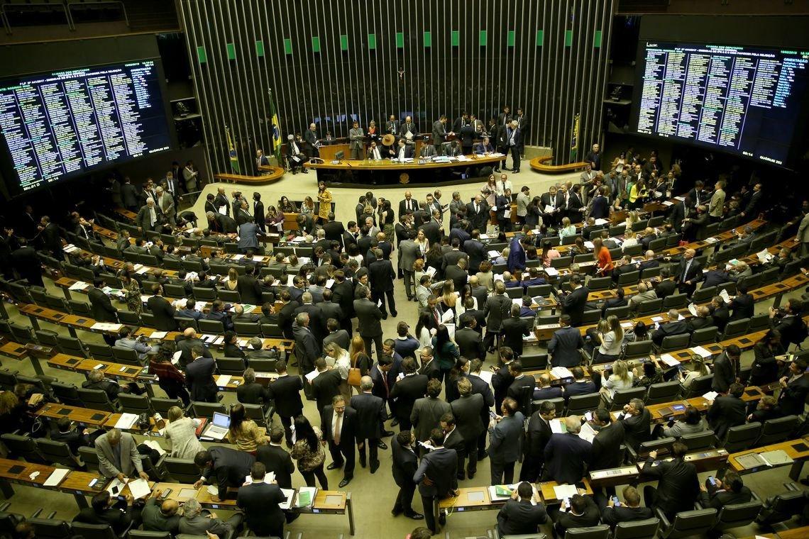 Em queda de braço com Bolsonaro, Câmara aprova limite para gastos do