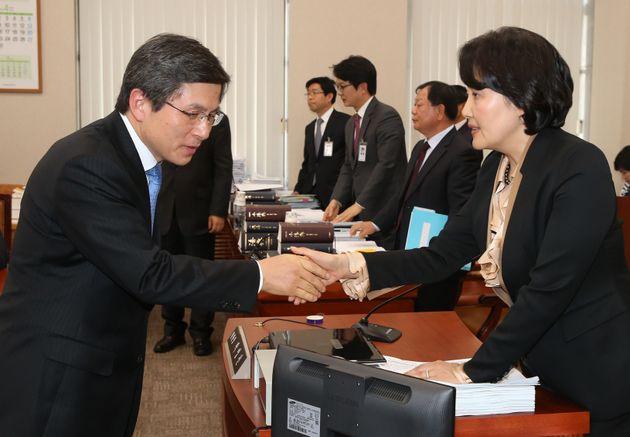 2013년 4월 22일 황교안 당시 법무부장관(왼쪽)과 박영선 당시 법사위 위원장이 서울 여의도 국회에서 열린 법제사법위원회 전체회의에서 악수를 하고
