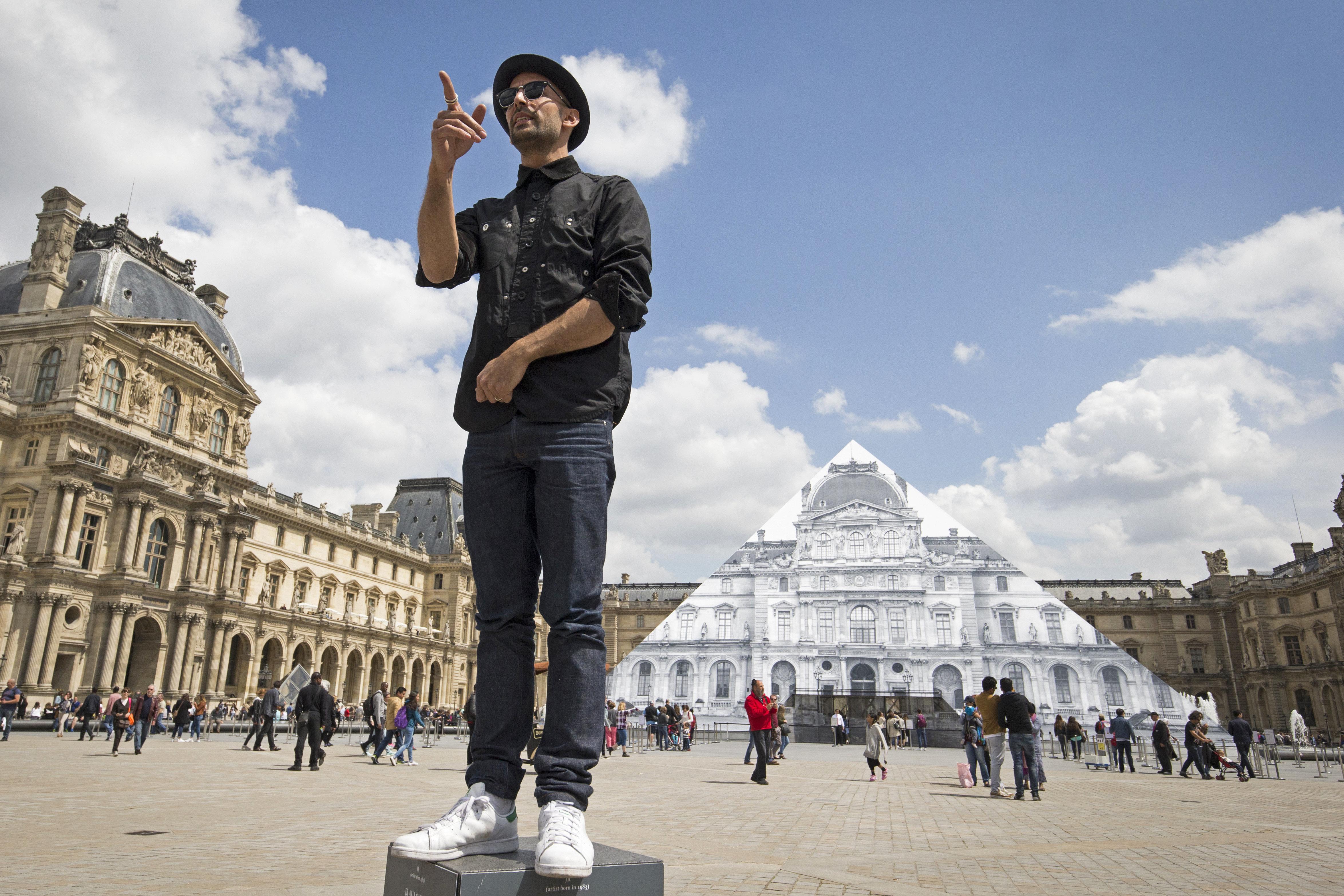 JR fait surgir par anamorphose la Pyramide de ses fondements — Louvre