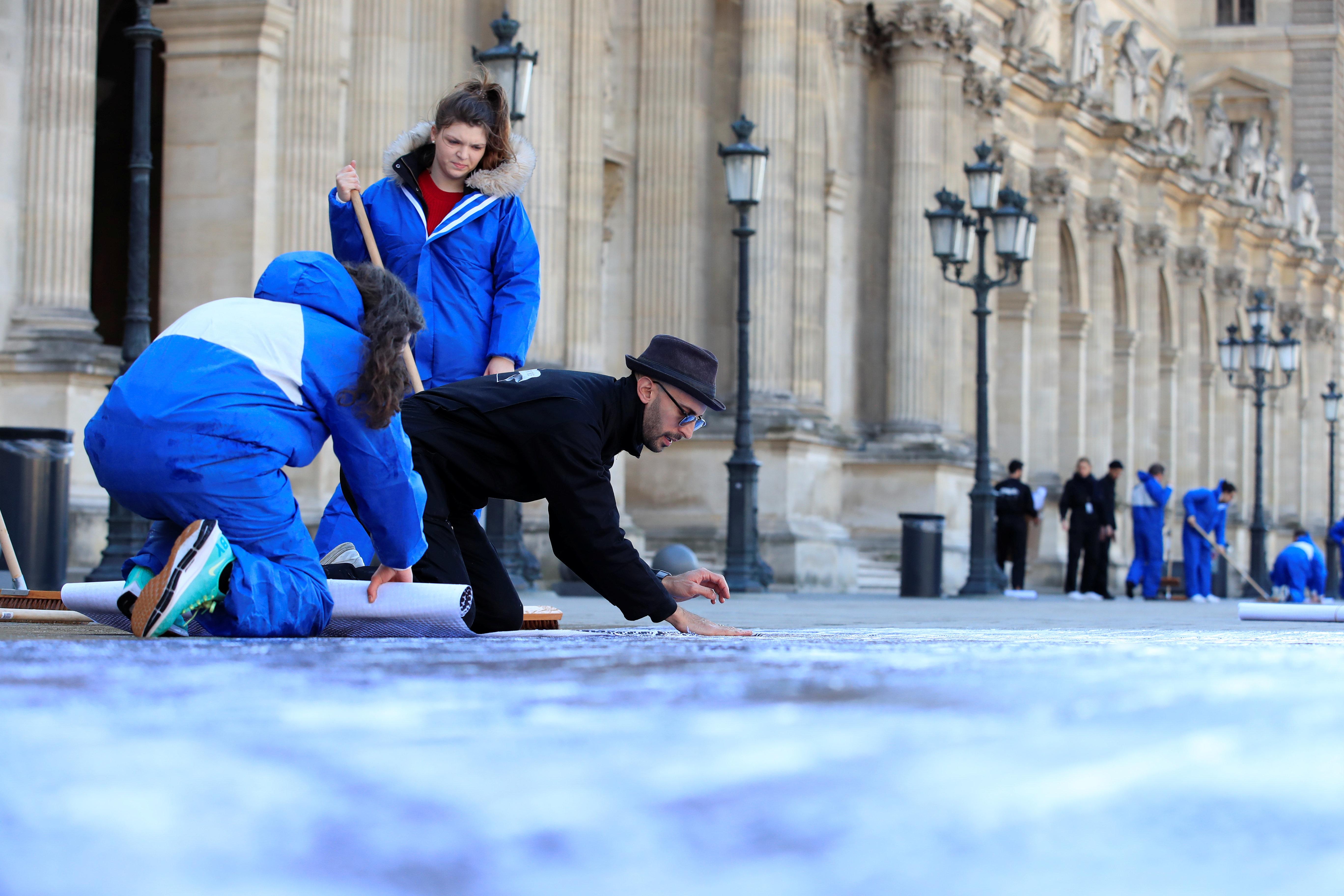 Louvre: JR fait surgir par anamorphose la Pyramide de ses fondements