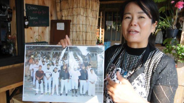 일본 자이언츠 팀의 광팬인 이 나하 꽃집 사장님은 가게에 자이언츠 팀 사진을 빼곡하게 걸어