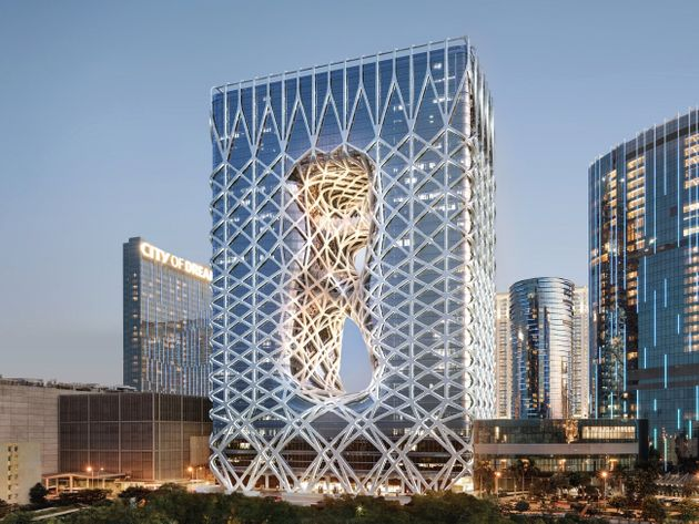 モーフィアス遠景。世界初の自由造形の外骨格を取り入れたデザインになっており、内部に柱をもたない。2018年6月オープン。
