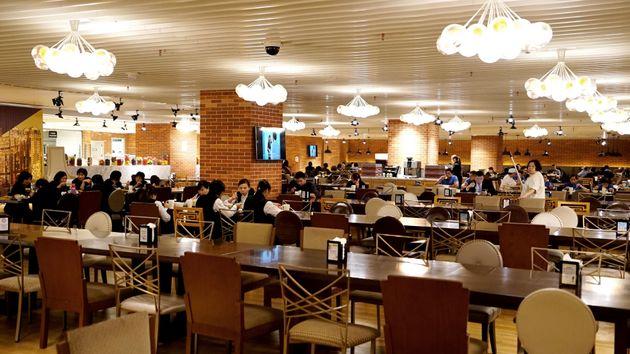 「フードスタジオ」と呼ばれる24時間営業の食堂。毎日変わるメニューが、ブュッフェ形式で無料で楽しめる。