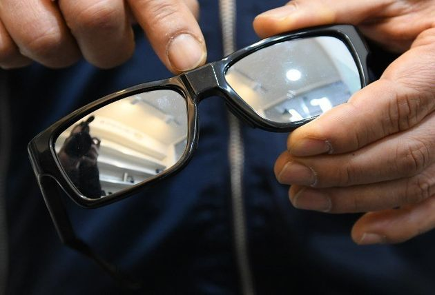 Une paire de lunettes à première vue banale, dissimulant une caméra