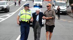 95 ετών, βετεράνος του Β' Π.Π. πήρε 4 λεωφορεία για να πάει σε πορεία κατά του ρατσισμού στη Νέα