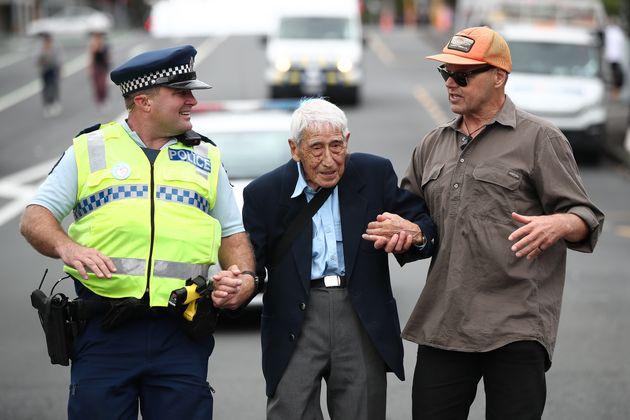 Νέα Ζηλανδία: 95 ετών, βετεράνος του Β' Π.Π. πήρε τέσσερα λεωφορεία για πάει σε πορεία κατά του