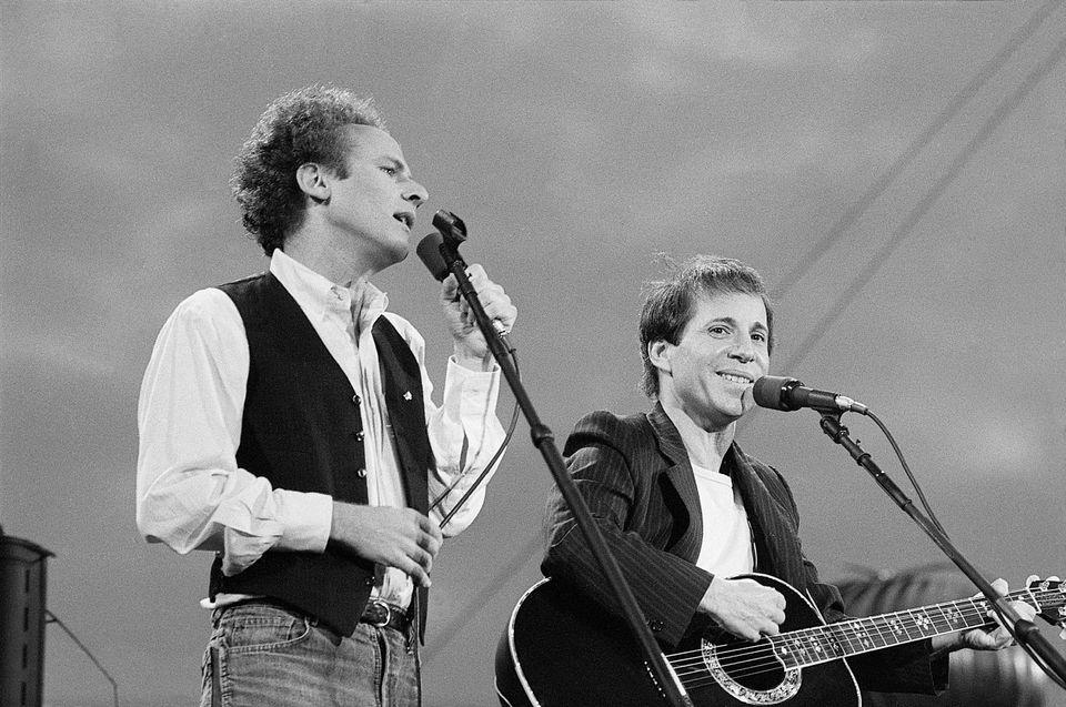 HuffPost Weekend: «Simon and Garfunkel Story» και «Selfie: στο βάθος πίσω η