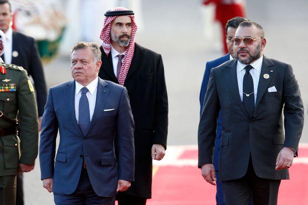 Le roi du Maroc Mohammed VI, à droite, et le roi de Jordanie Abdullah II passent en revue la garde...