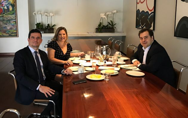 Foto postada no Twitter pela deputada Joice Hasselmann mostra Moro e Maia tomando café da manhã...