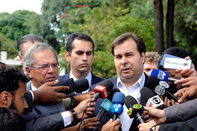 Maia e o ministro Paulo Guedes falam com jornalistas após