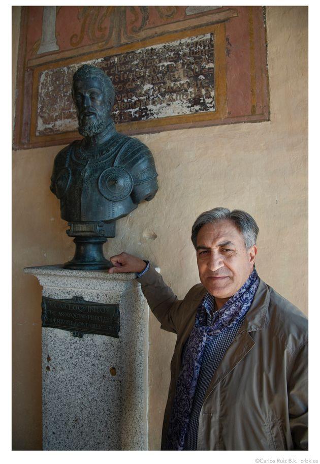 El autor junto a un busto de Carlos V en el Monasterio de