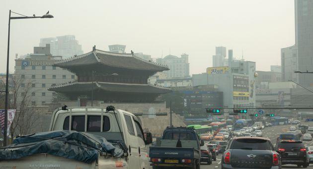 서울 초미세먼지 관측 이래 사상 최고치를 기록한 3월 5일 서울 광화문 앞을 달리는
