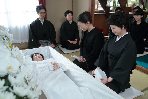 連続テレビ小説『まんぷく』で、生前葬を執りおこなう松坂慶子さん演じる今井鈴 NHK提供