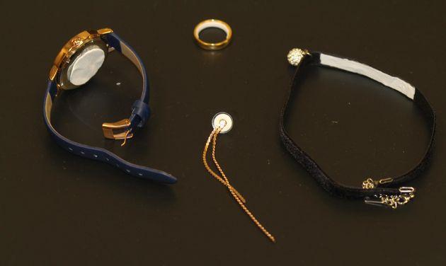 パッチはイヤリングの他、時計の裏などにも貼れる。