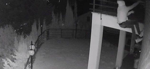 Dos ladrones escalando por la fachada de un domicilio de Matadepera, el pasado