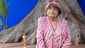 TOPSHOT - Director Agnes Varda poses with her Academy of Motion Picture Arts And Sciences' 9th Annual Governors Awards Honorary Award Statue during a brunch celebrating her career organized by the French Consulate in Los Angeles at La Residence de France on November 12, 2017 in Beverly Hills, California. (Photo by VALERIE MACON / AFP)        (Photo credit should read VALERIE MACON/AFP/Getty Images)