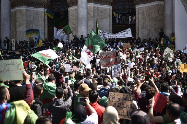 Manifestations contre le pouvoir dans les villes du