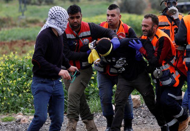 Παλαιστίνιοι μεταφέρουν...