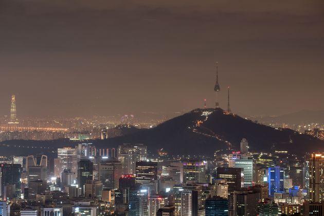 오늘(30일) '지구를 위한 1시간' 동안 서울 곳곳의 불이