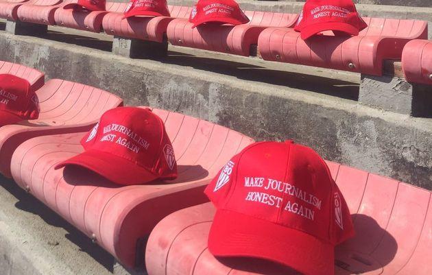 Mi-mars, ces casquettes rappelant celles distribuées par Donald Trump à ses soutiens ont...