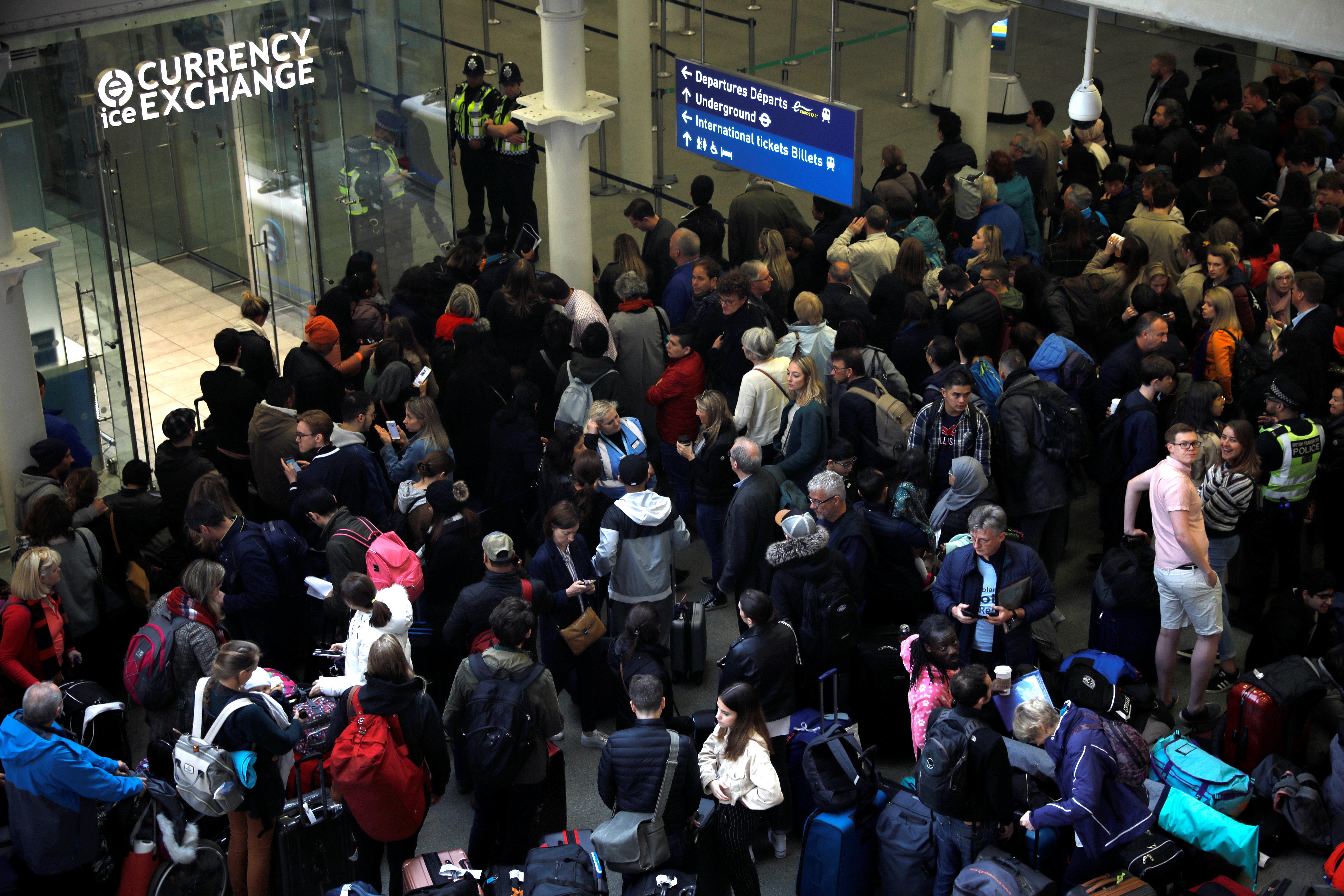 Ευρω-χάος στα τραίνα: Ενας Brexiteer(;) με μία σημαία του Αγίου Γεωργίου έκλεισε τη γραμμή του