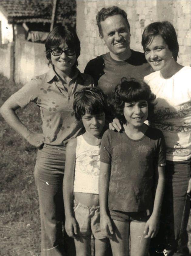 Amelinha, Padre Renzo Rossi (amigo da família), Crimeia (tia de Janaína), Edson e Janaína,...