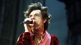 """Die englische Rockgruppe The Rolling Stones wird am Samstag, dem 11. Juli 1998, am Flugfeld in der Wiener Neustadt mit ihrer """"Bridges to Babylon Tour 98"""" den Fans einen heissen Abend bescheren. Die Vorbereitungen des oesterreichichen Mega Events laufen auf vollen Touren.  Mick Jagger, Saenger der Gruppe, wird wie hier auf einem Archivbild vom Konzert im Juni 1998 in Hannover, die Stimmung anheizen.(AP Photo/Fabian Bimmer)"""