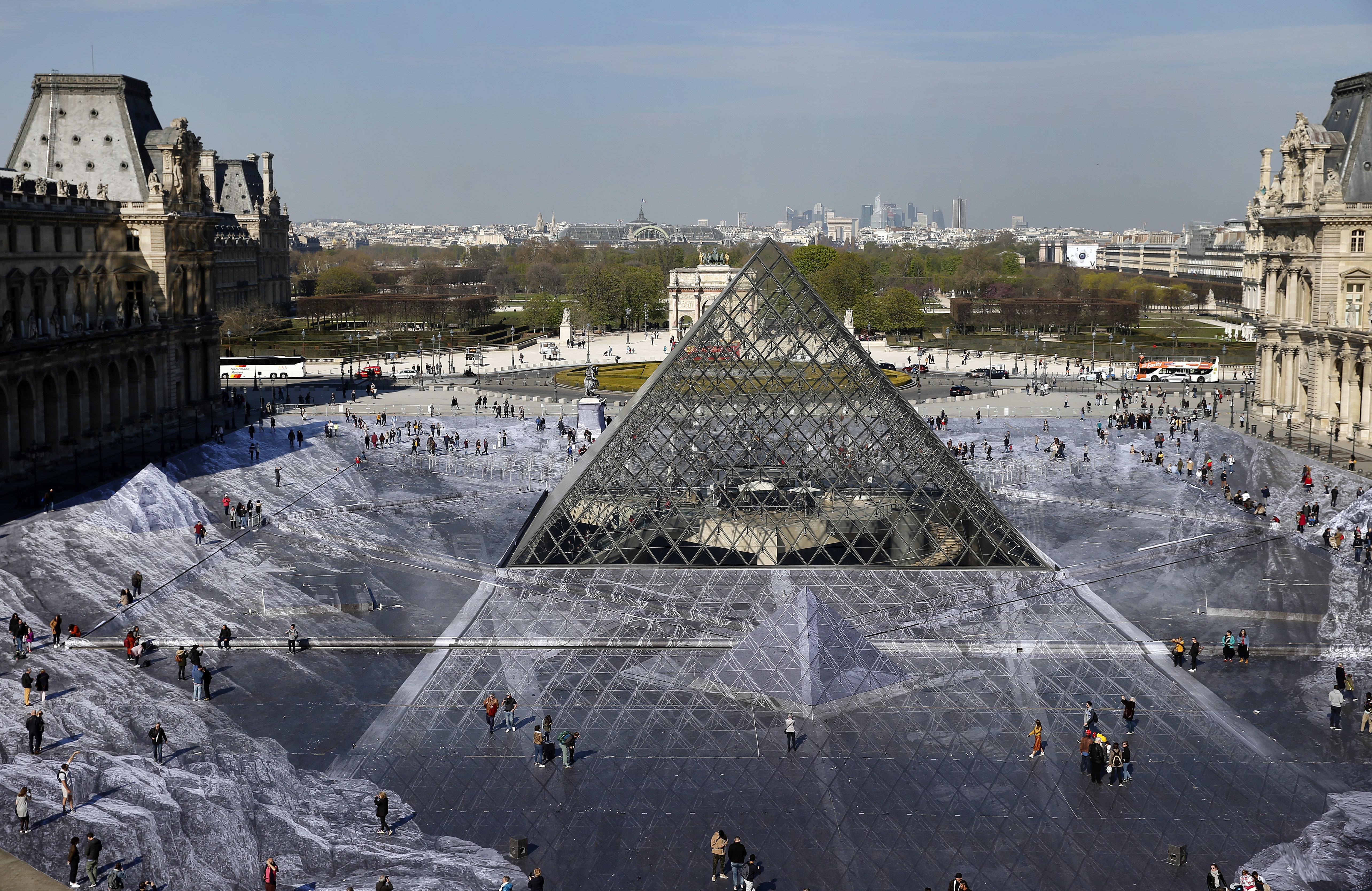 L'œuvre de JR devait durer jusqu'à la fin du week-end anniversaire de la pyramide du