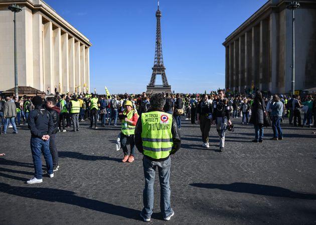 Gilets jaunes: ambiance bon enfant à Paris, tensions à Bordeaux et St-Etienne pour l'acte