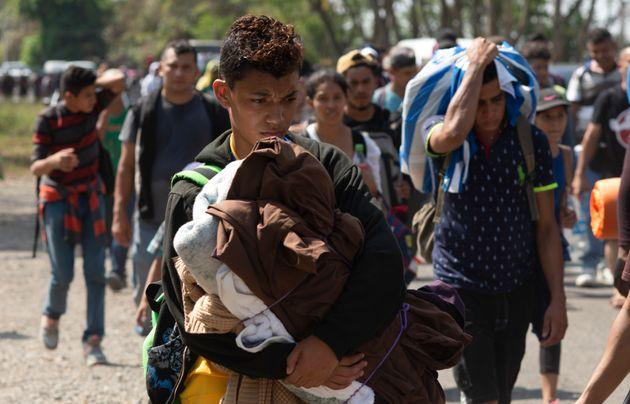 Imigrantes vindos da América Central seguem para a fronteira entre o México e os Estados